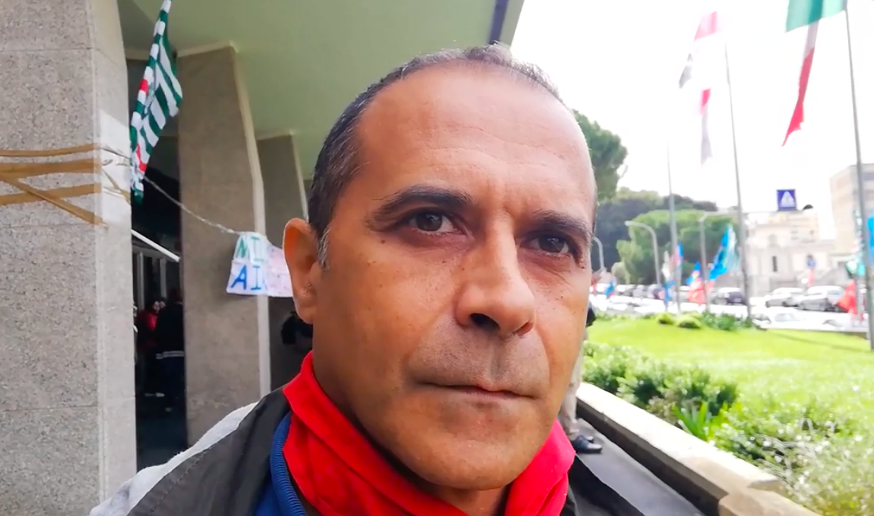 Mario (OSS): con 1100 euro mensili che non ci danno non riesco a mandare i miei figli all'Università.