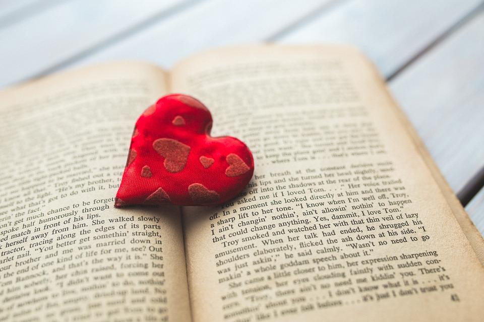 Perde la memoria, il marito le scrive un libro sulla loro storia.