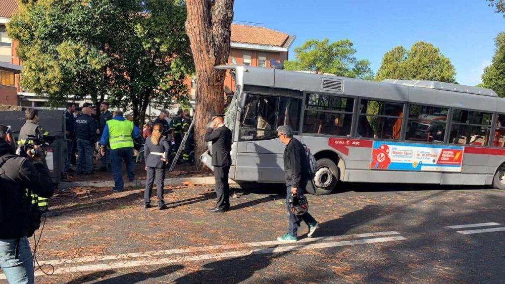 Bus contro albero: 14 persone in ospedale!