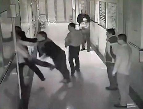Medici e infermieri sotto choc! Spedizione punitiva in Ospedale: massacrato!