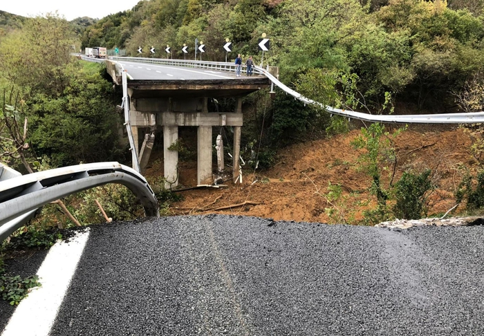 Crolla ponte su Autostrada Torino-Savona. L'Italia a pezzi.