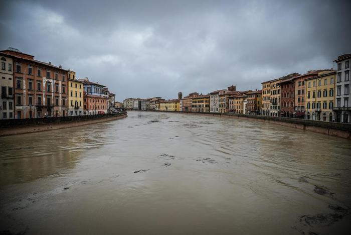 L'Arno sta per esondare, rischio sanitario a Firenze e in Toscana.