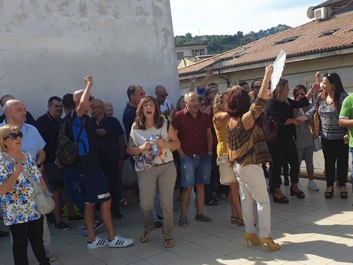 Trenta OSS licenziati e senza preavviso: polemiche in Calabria.