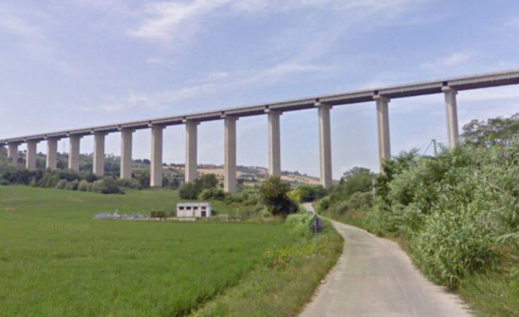Ragazzo si butta giu dal ponte da un'altezza di 110 metri. Morto sul colpo. Annuncio su Facebook.