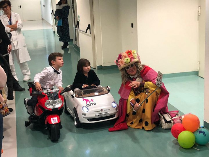 Infermieri della Pediatria in Microcar per i piccoli pazienti in attesa di intervento chirurgico.