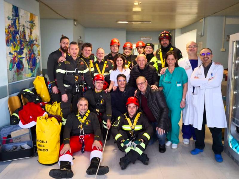 I vigili del fuoco e il personale della Pediatria del Vito Fazzi di Lecce.