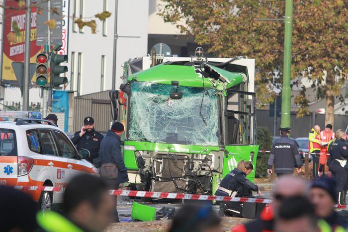 Milano, scontro tra filobus e camion dei rifiuti: una passeggera in coma.