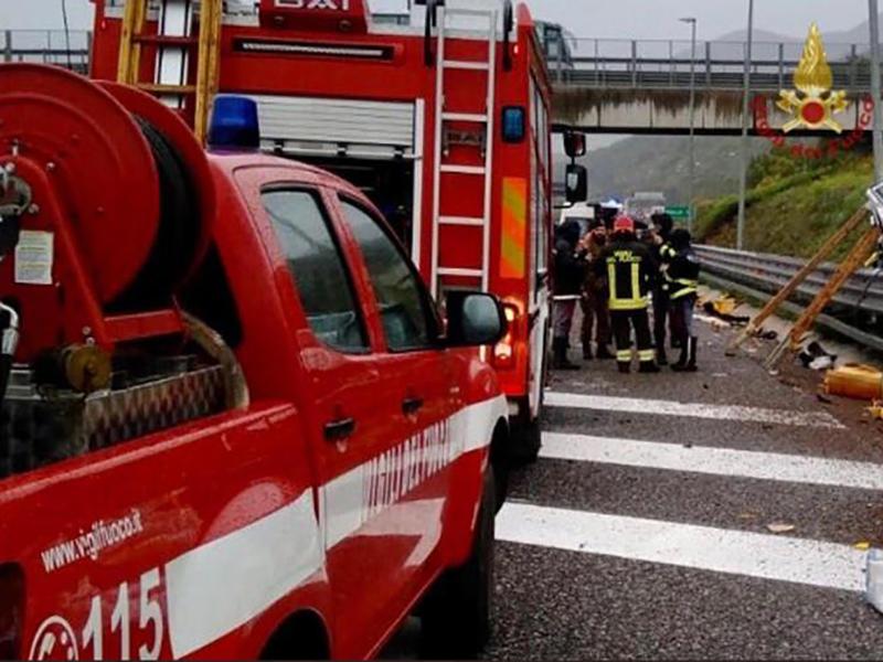 Uomo morto carbonizzato in A4: inutili i soccorsi, deceduto dopo esplosione autocisterna.
