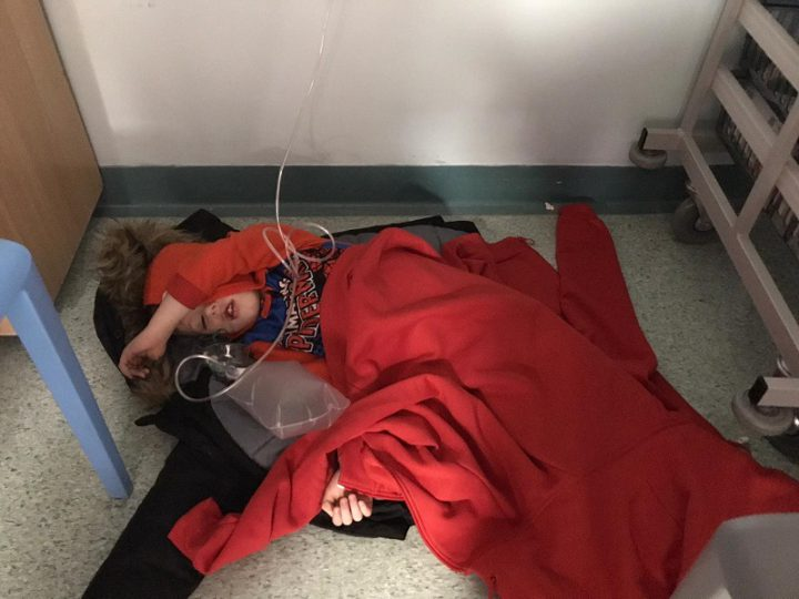 Ospedale senza posti letto: bambino ricoverato passa la notte per terra!