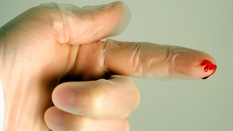 Puntura accidentale da aghi e taglienti. Come comportarsi e cosa si rischia.