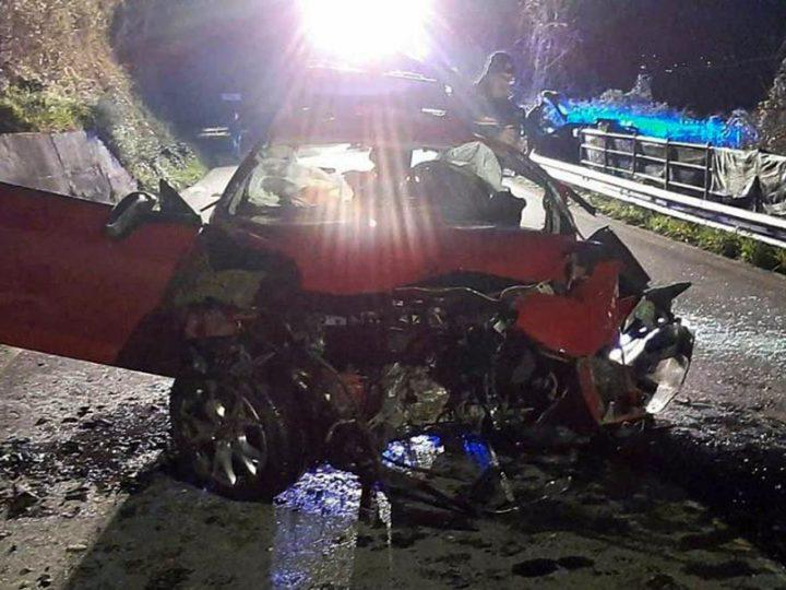 Due fidanzatini ventenni muoiono dopo incidente stradale. Inutili i soccorsi, tre feriti, di cui uno grave.