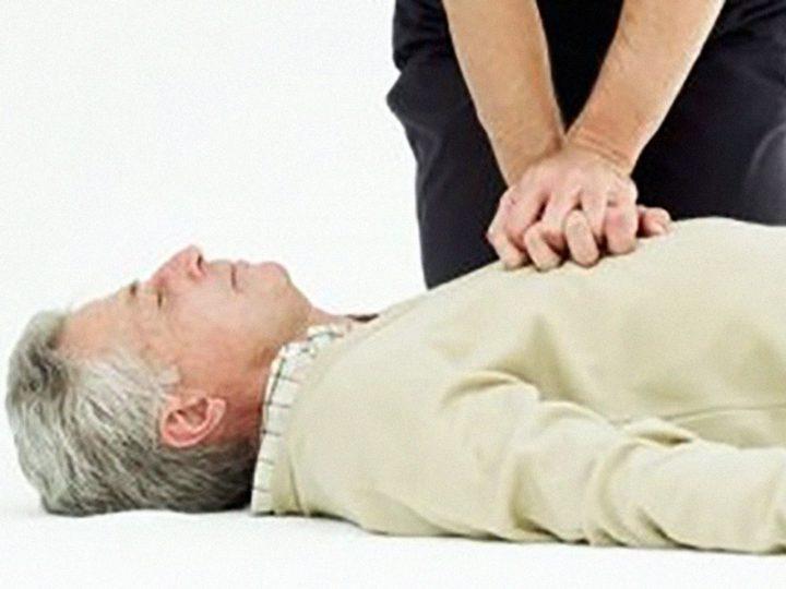 Infermiere e OSS litigano con Servizio 118: paziente fibrillante viene lasciato a letto. RCP lo salva.