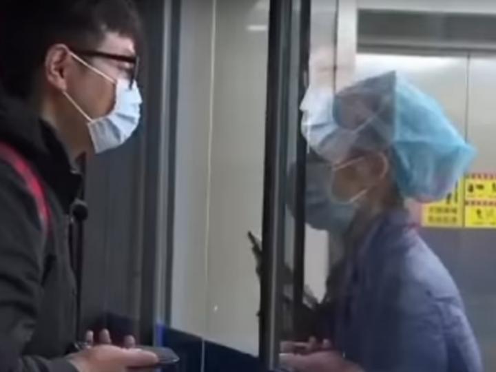 Coronavirus: Infermiera in quarantena bacia il compagno attraverso il vetro. VIDEO.