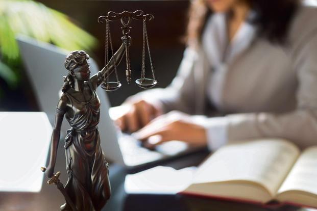 Legge 341/1990, Riforma degli Ordinamenti Universitari: nascono CdL, specialistiche e dottorati.