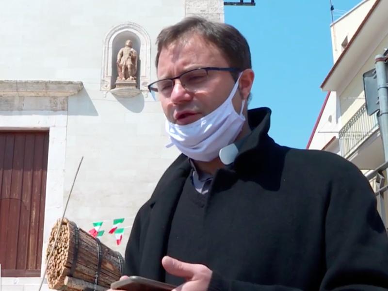 Don Matteo Ferro chiede scusa in lacrime alla cittadinanza ai microfoni del TG1.