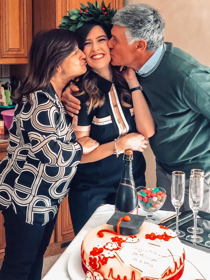 Teresa Lurdo, neo-Infermiera, con mamma e papà.