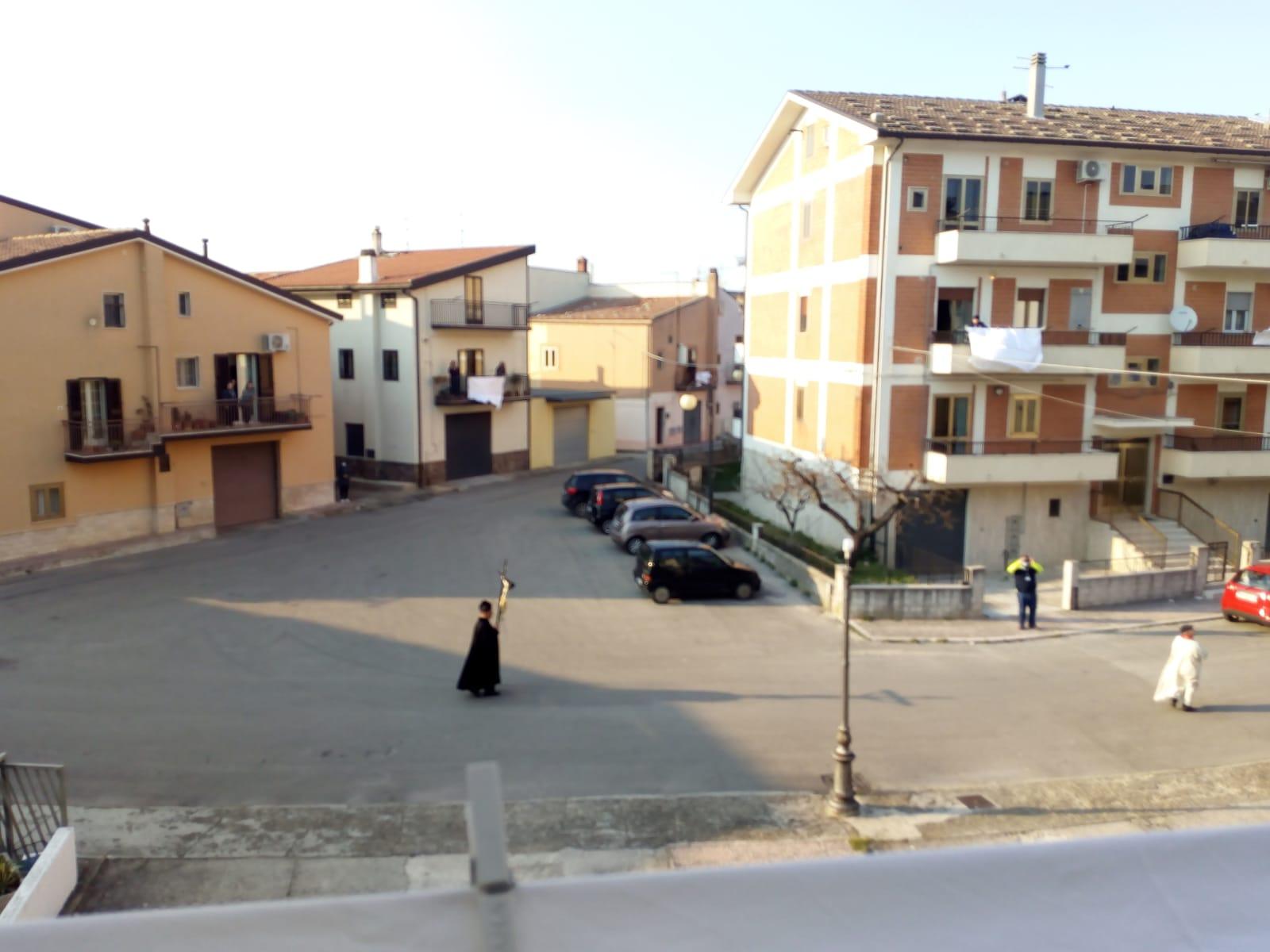 Il Parroco Don Santino di Rignano Garganico in processione solatia.
