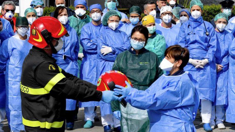 Coronavirus. Vigili del Fuoco omaggiano Infermieri, Medici e OSS a Napoli.