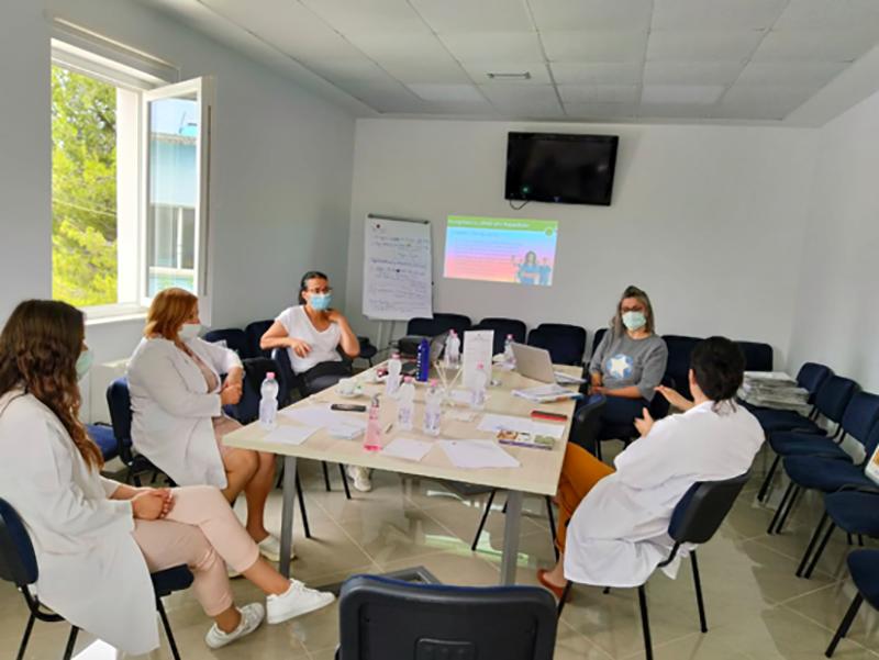 Un momento del lavoro di gruppo tra Infermieri in Albania.