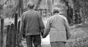 coppia anziani anziana insieme vecchi morti