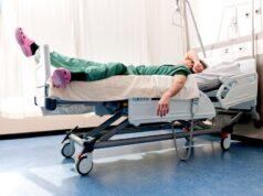 due infermieri e due oss sorpresi a dormire