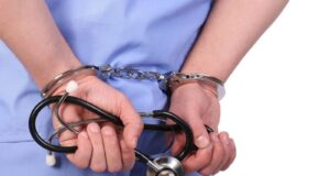 manette infermiere oss in fin di vita arrestato