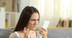 donna arrabbiata chiara infermiera telefono
