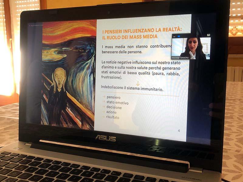 Michela parla del ruolo dei mass media nella percezione della realtà quotidiana.