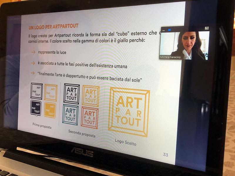 Michela illustra la creazione del logo del suo progetto: ArtPartout.
