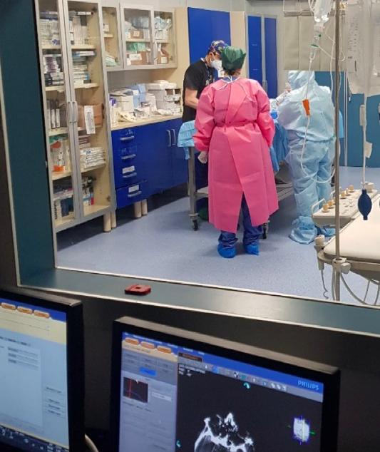 Il personale di neuroradiologia interventistica dell'A.O.U. San Giovanni e Ruggi d'Aragona di Salerno, diretta dal Dir. Renato Saponiero, durante la preparazione del tavolo angiografico per eseguire una prestazione neurovascolare ad un paziente affetto da SARS COV-19.